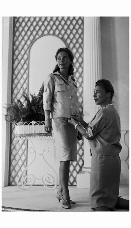 MADEMOISELLE CARVEN ET MARTINE LAROCHE MANNEQUIN EN 1961