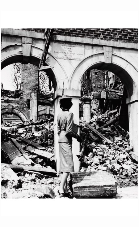 September 1941 - Fashion is Indestructible Photo Cecil Beaton